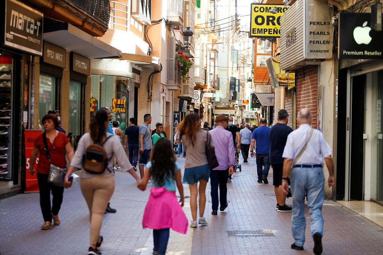Gente paseando por una céntrica calle de Palma de Mallorca, en los primeros días tras el confinamiento por la pandemia del coronavirus. REUTERS/Enrique Calvo