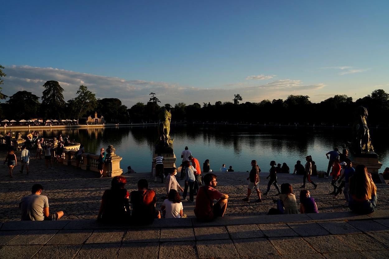 Personas paseando y tomando el sol junto al lago del Parque del Retiro, en Madrid, el primer día de su reapertura tras el cierre durante el estado de alarma por la pandemia del coronavirus. REUTERS/Juan Medina