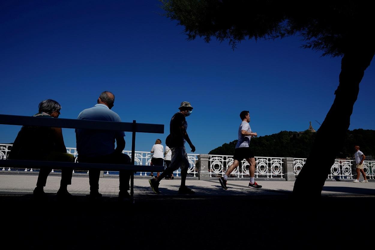 Personas en el paseo de la playa de La Concha, en San Sebastián. REUTERS/Vincent West