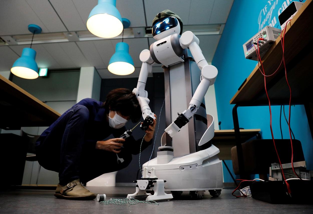 Un técnico de la compañía japonesa Mira Robotics cambia una pieza al robot Ugo. REUTERS/Kim Kyung-Hoon