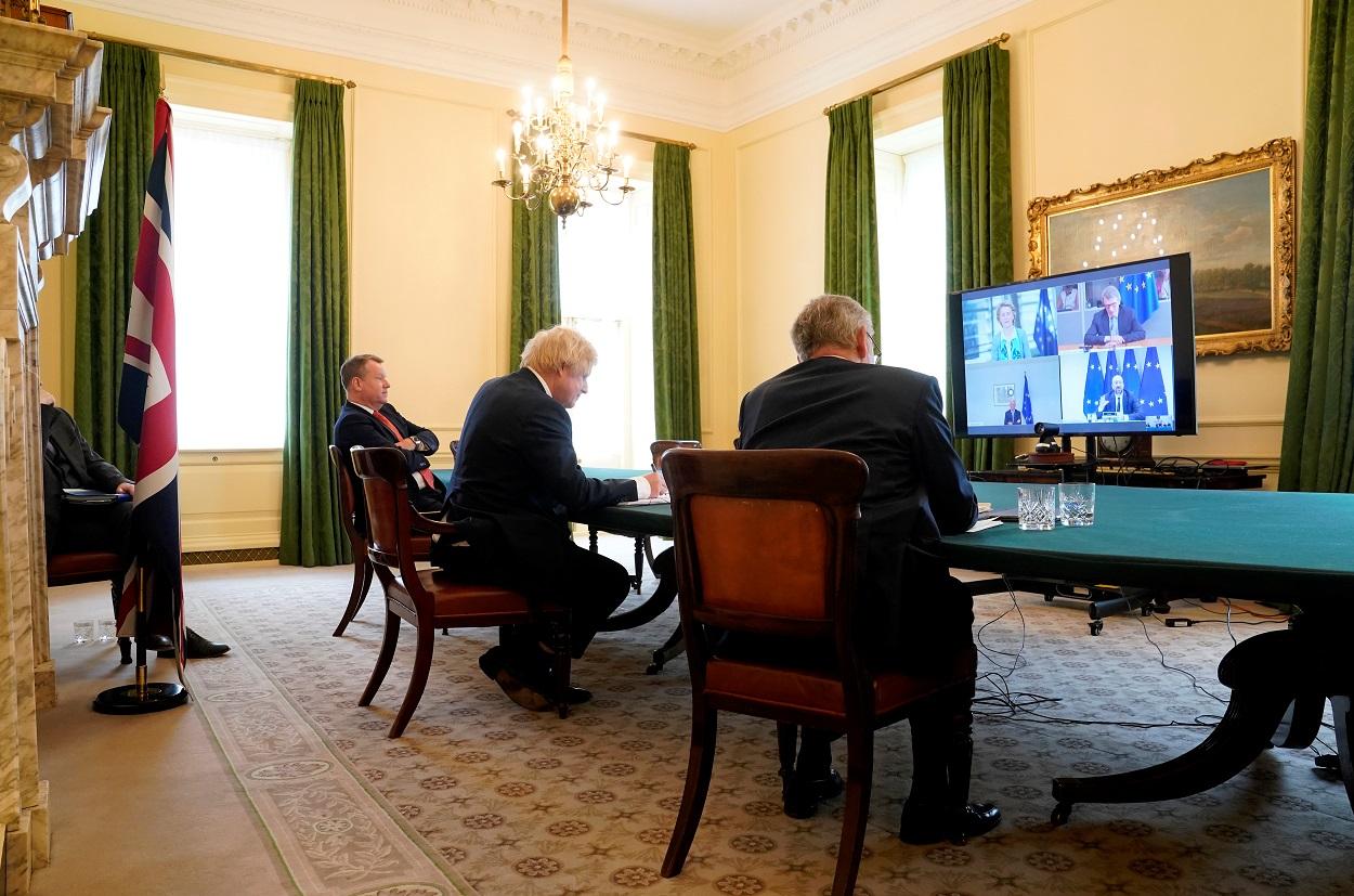 El primer ministro británico, Boris Johnson, en una videconferencia con los presidentes de las instituciones de la UE Charles Michel (Consejo), Ursula von der Leyen (Comisión), David Sassoli (Parlamento), y el negociador del Brexit de la UE, Michel Barnier, en el 10 de Downing Street, en Londres. REUTERS
