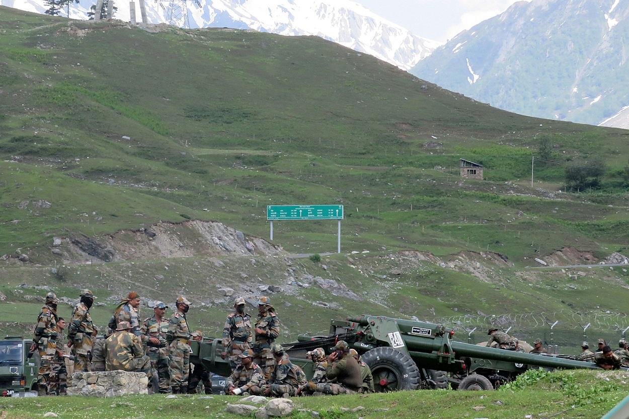 Soldados del Ejército indio descansan junto a una batería de artillería las armas de artillería en un campamento cerca de Baltal, al sureste de Srinagar, en el valle de Cachemira. REUTERS/Stringer