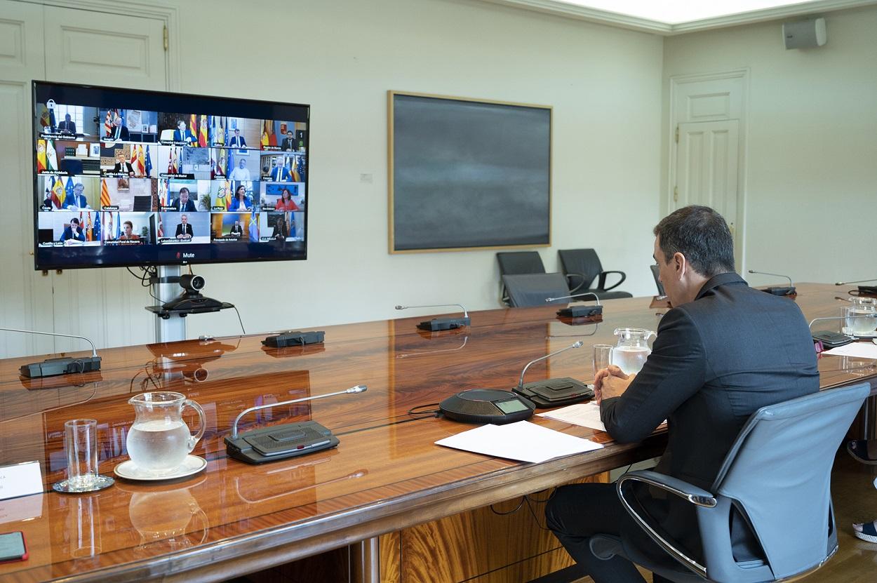 El presidente del Gobierno, Pedro Sánchez, durante la conferencia telemática que ha mantenido con los presidentes de las comunidades y ciudades autónomas. POOL MONCLOA