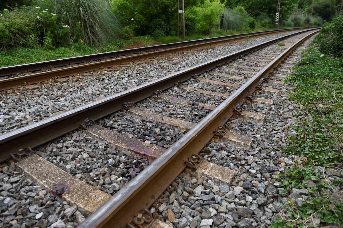 Vista del lugar donde dos mujeres prostituidas murieron al ser arrolladas por un tren en Cantabria cuando una intentaba que la otra no se suicidara. EFE/Pedro Puente Hoyos