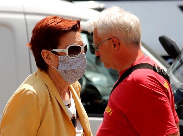 Una pareja pasea en Zagreb, Croacia. EFE/EPA/ANTONIO BAT
