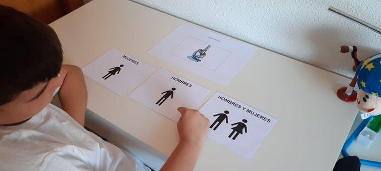 Un niño identifica el uso de un microscopio con la figura de un hombre. Imagen cedida por la autora.