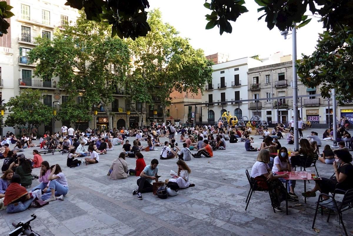 Multitud de jóvenes toman cervezas en la plaza del Sol del barrio de Gracia de Barcelona. EFE/ Alejandro García/Archivo