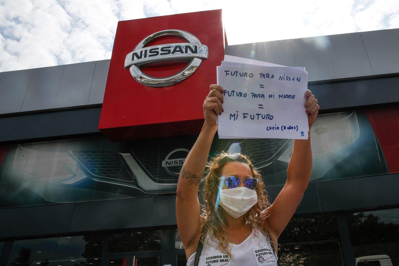 Una trabajadora de Nissan protesta por el anunciado cierre de la planta de la Zona Franca de Barcelona, frente a un concesionario de la firma japonesa en Granollers. EFE/Alejandro Garcia