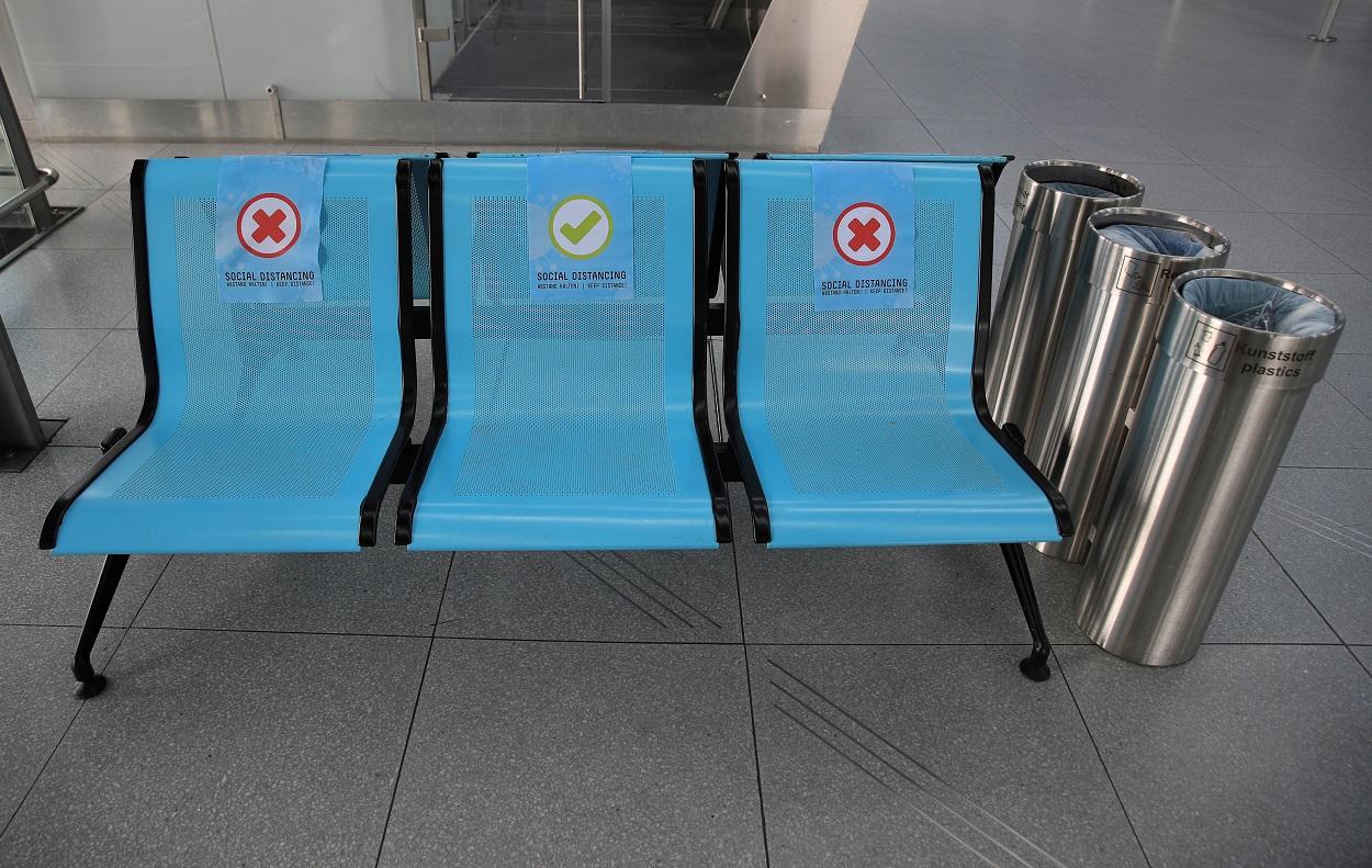 Unos asientos en el Aeropuerto de Colonia/Bonn, señalizados para mantener la distancia social. REUTERS/Wolfgang Rattay