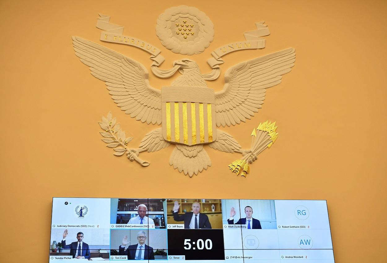 Los jefes de las grandes empresas de Internet, Jeff Bezos (Amazon), Mark Zuckerberg (Facebook), Sundar Pichai (Google), y Tim Cook (Apple), toman juramento antes de su comparecencia por videoconferencia ante en la Cámara de Representantes de EEUU, en el Capitolio, en Washington. REUTERS/Mandel Ngan/Pool