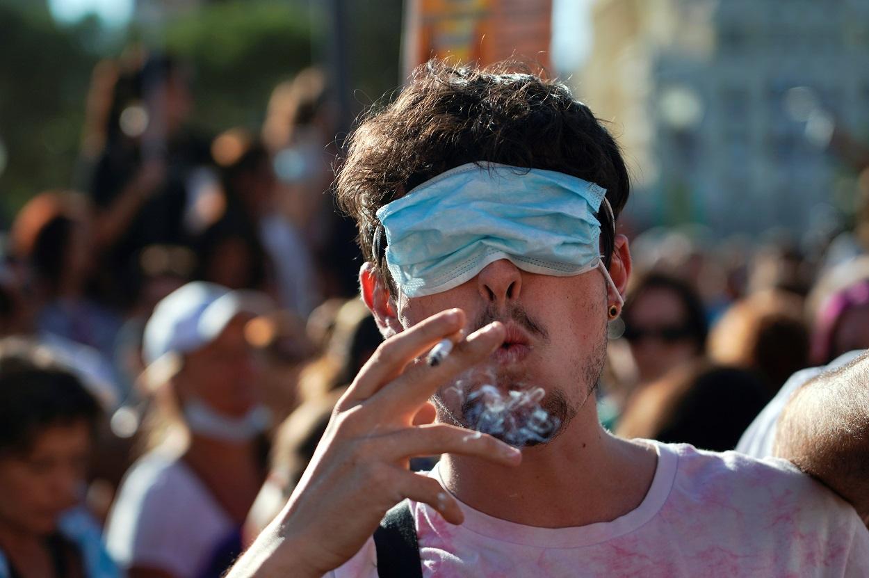Uno de los asistentes a la manifestación anti-mascarillas, en la Plaza de Colón de Madrid, del pasado domingo. REUTERS/Juan Medina
