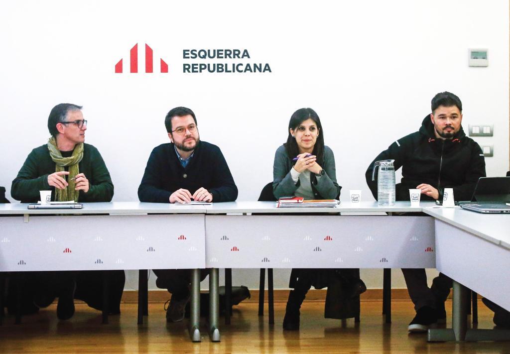 La secretaria general adjunta y portavoz de ERC, Marta Vilalta (2d), el presidente del Consell Nacional de los republicanos, Josep Maria Jové (i), el coordinador nacional del partido y vicepresidente de la Generalitat, Pere Aragonés (2i), y el portavoz en el Congreso, Gabriel Rufián (d), durante una reunión de la ejecutiva de ERC. EFE/Quique Garcia