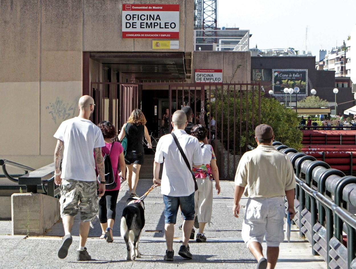 Varias personas se dirigen hacia una oficina de empleo en Madrid. EFE/J.L. Pino