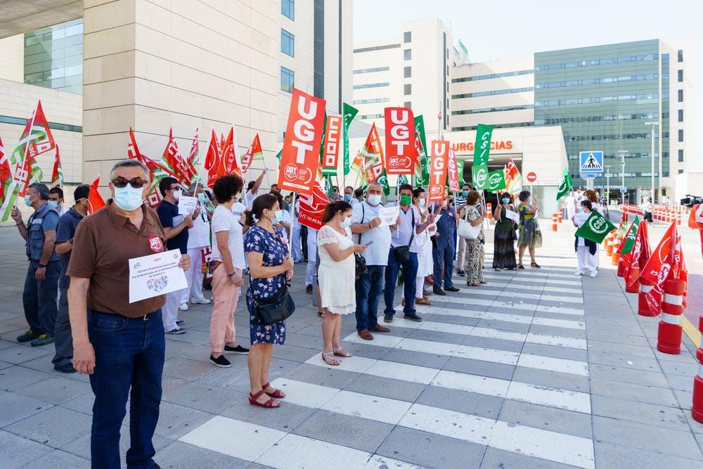 Trabajadores sanitarios se manifiestan ante un hospital de Granada para reclamar sus derechos y mejores condiciones laborales durante la pandemia el 16 de julio de 2020. Shutterstock / javi_indy