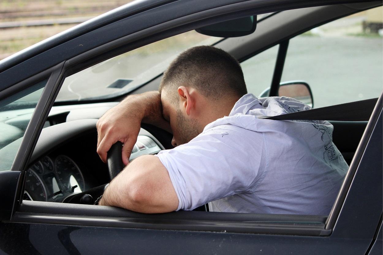 Un conductor echando una cabezada. Shutterstock