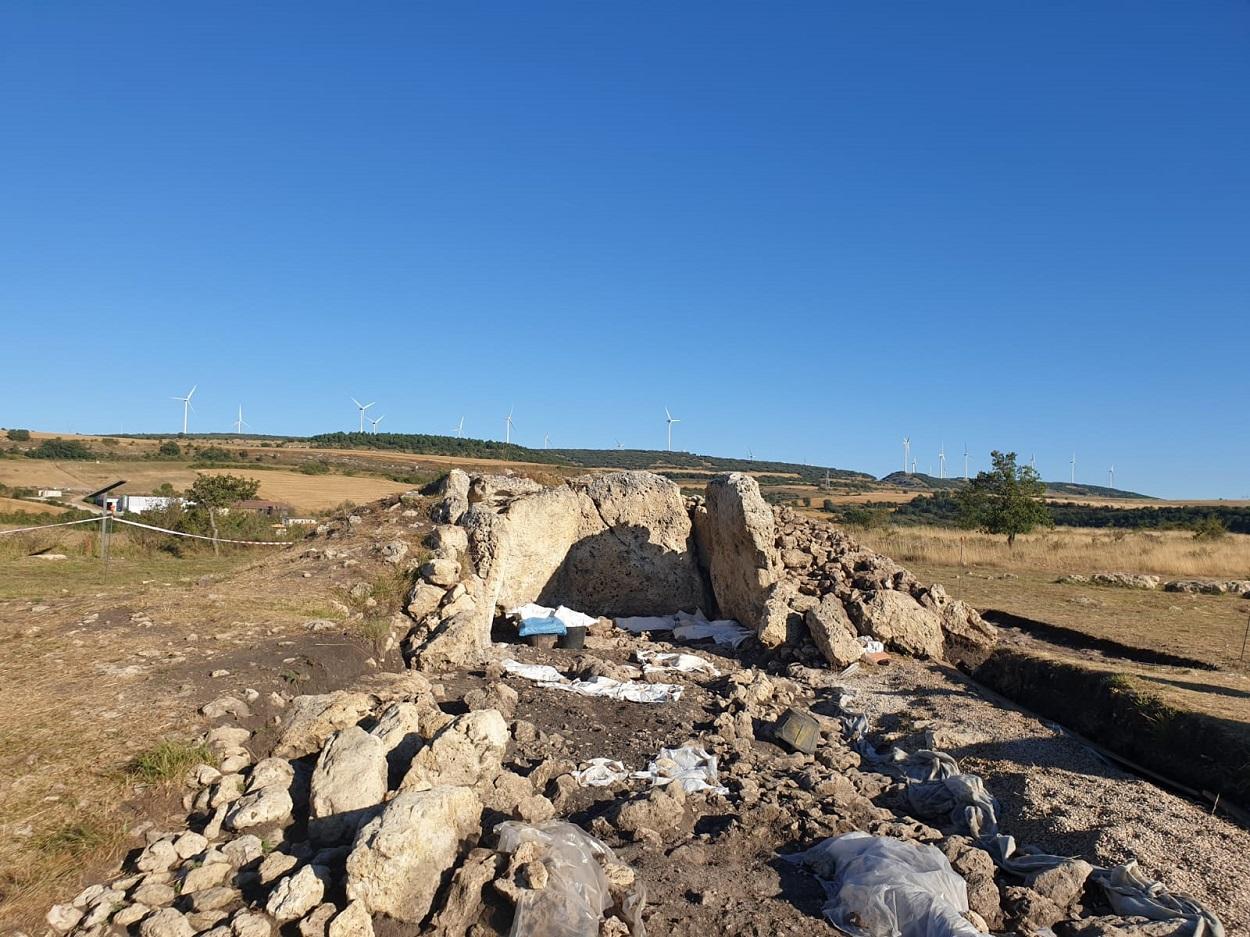 Trabajos de excavación en el monolito, en Reinoso (Burgos). Author provided