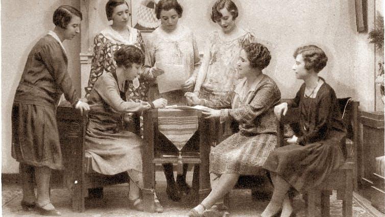 Comité de la XII Conferencia Internacional de la Federación Internacional de Mujeres Universitarias (1928). De izquierda a derecha: Loreto Tapia, Jimena Quirós (sentada), Matilde Huici, Conrada Calvo, María Arapalis, Clara Campoamor y Josefina Soriano. Hemeroteca Nacional