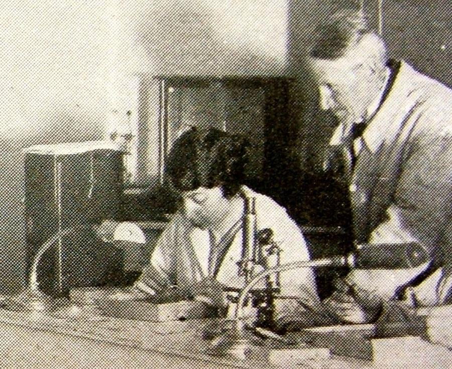 La oceanógrafa Jimena Quirós trabajando con M. Adrien Robert en 1925. Oceánicas