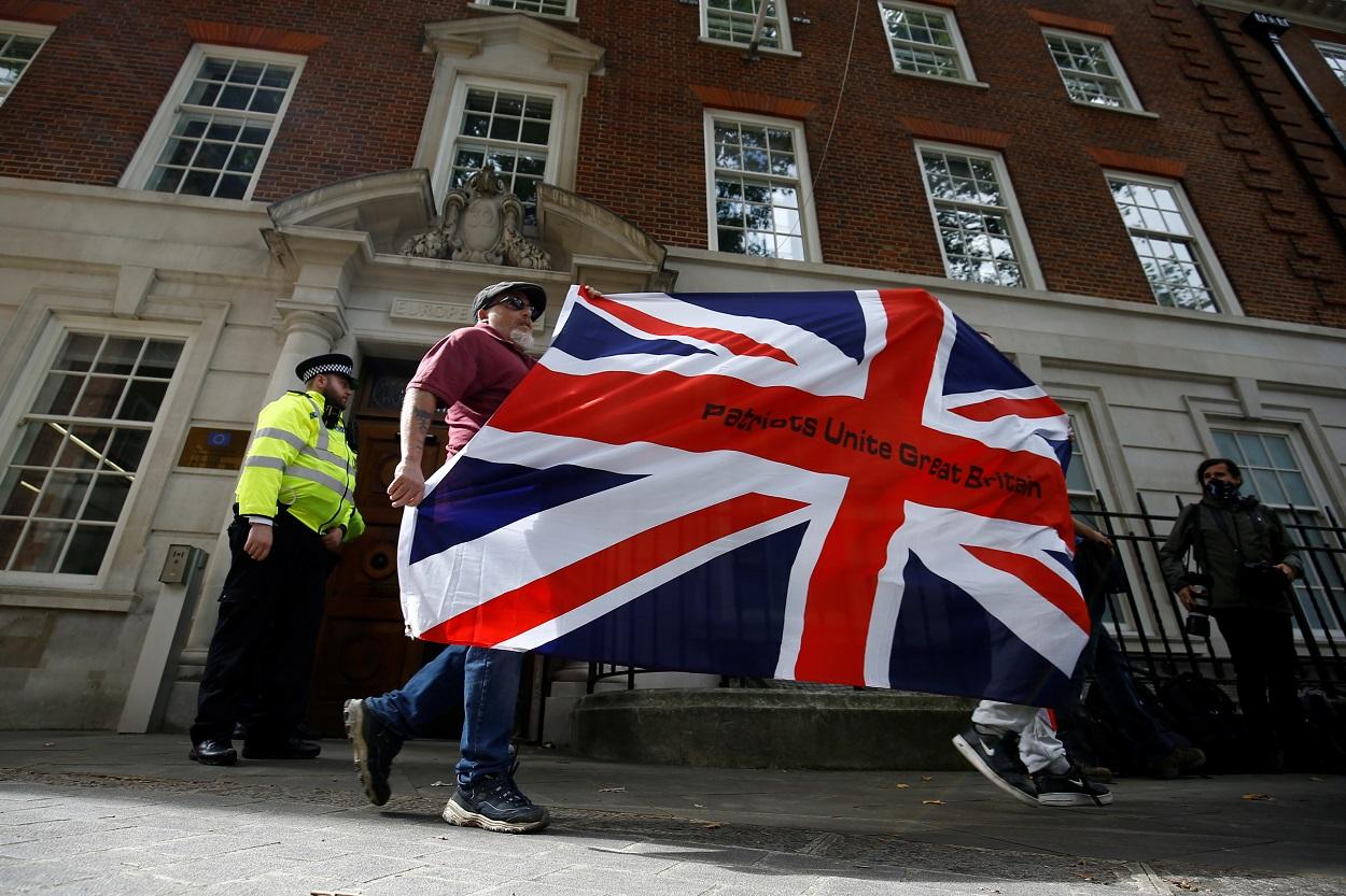 Partidarios del Brexit se manifiestan delante de Europe House, la sede de la delegación de la Comisión Europea en Londres. REUTERS/Henry Nicholls