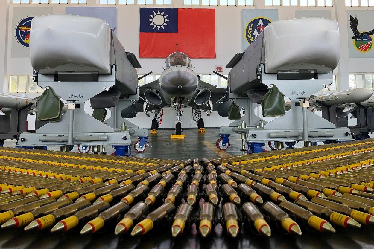 Un avión de caza ligero de la Fuerza Aérea de Taiwán, Indigenous Defence Fighter (IDF, en español 'caza de defensa autóctono') y misiles de crucero aire-tierra Wan Chien, en la Base de la Fuerza Aérea de Makung en la isla de Penghu, en la costa taiwanesa. REUTERS / Yimou Lee