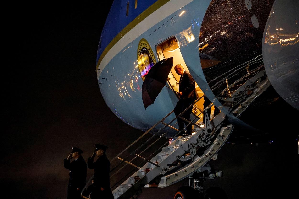 El presidente de EEUU, Donald Trump, desciende del Air Force One en la base Andrews, Maryland, tras el primer cara a cara electoral con el candidato demócrata Joe Biden en Cleveland (Ohio). REUTERS/Carlos Barria