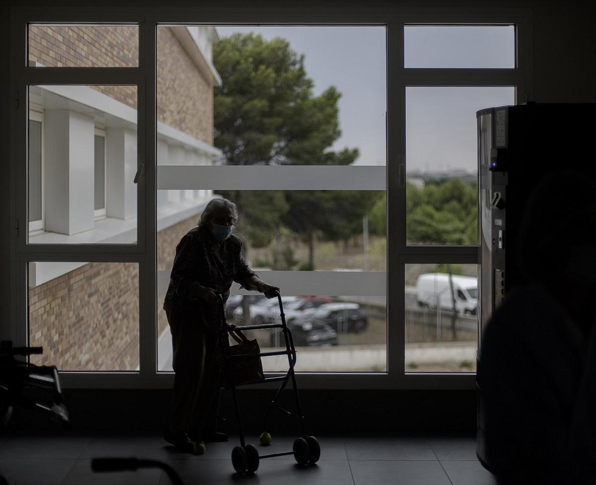 Una residente de un centro de mayores de Madrid camina con un andador. E.P./Eduardo Parra