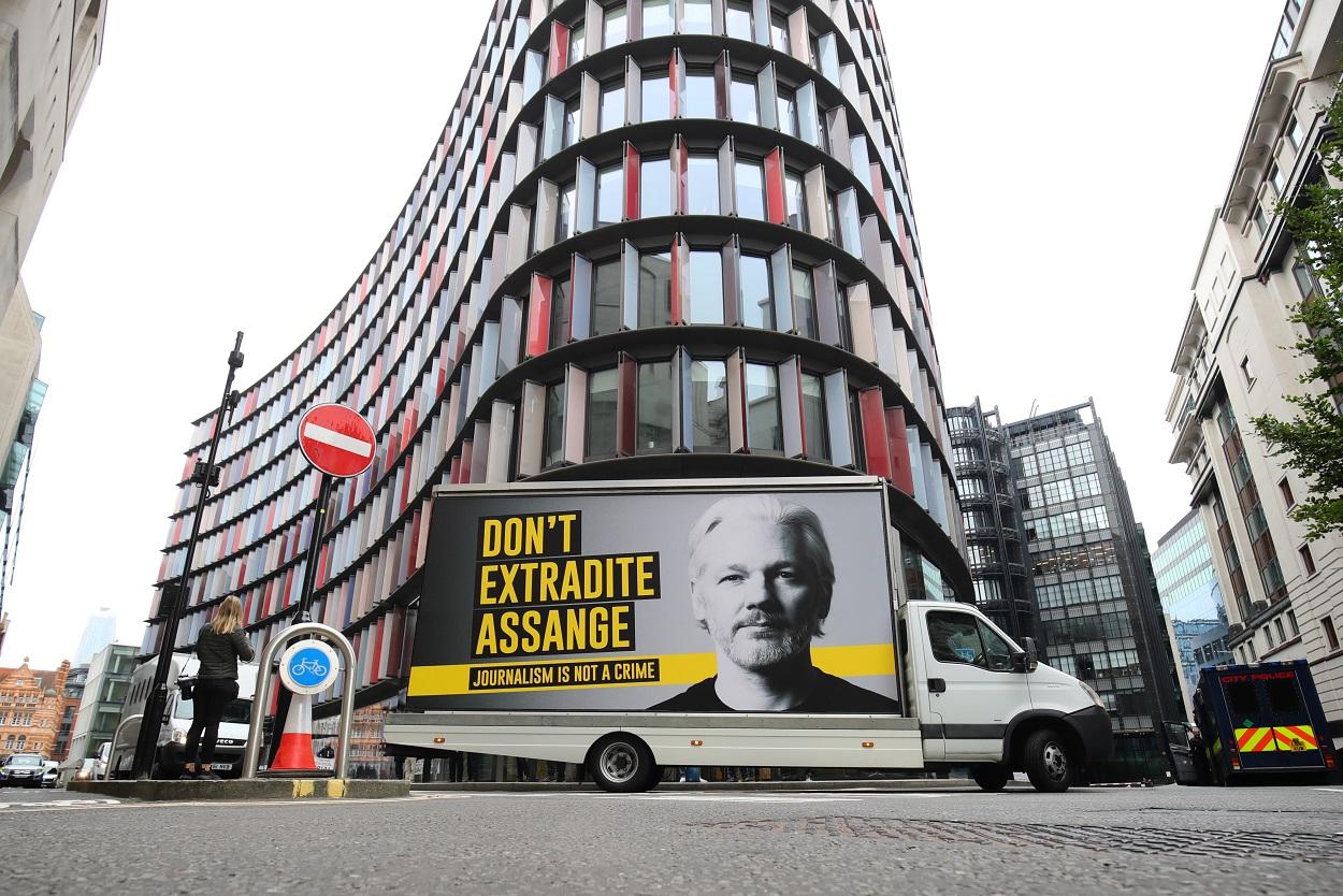 Una furgoneta con el cartel de la campaña contra la extradición del fundador de Wikileaks Julian Assange, en el centro de Londres. E.P./Aaron Chown/PA Wire/dpa