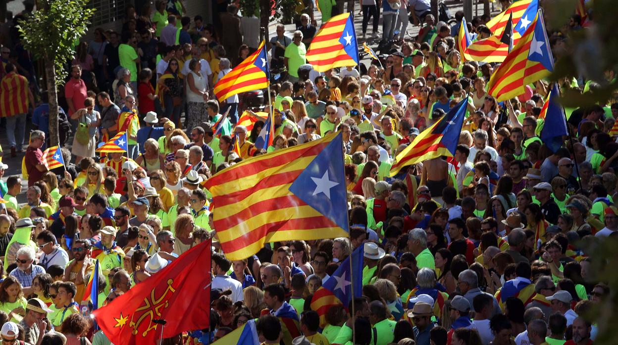La manifestación de la Diada, a su paso por la confluencia del Paseo de Gràcia y calle Aragón de Barcelona. EFE