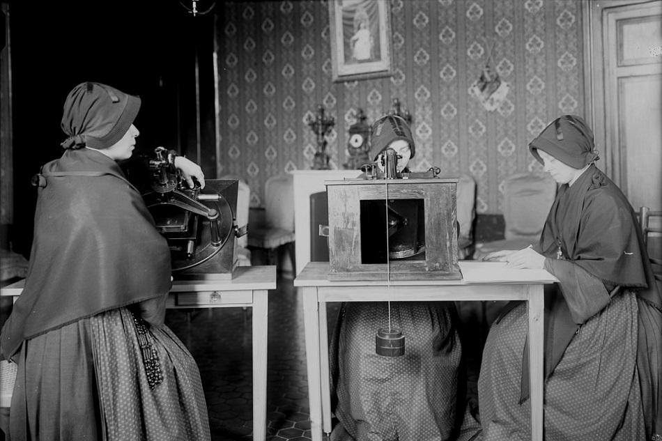 Hermanas de la orden de Maria Bambina utilizando microscopios para revisar placas fotográficas. Observatorio del Vaticano.