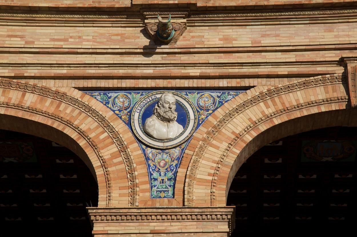 Medallón dedicado a Miguel de Cervantes en la Plaza de España de Sevilla. Shutterstock / Kevin George