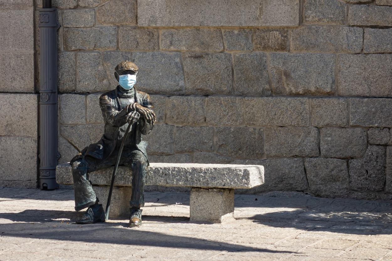 Estatua con mascarilla en el pueblo de Guadarrama, Comunidad de Madrid. Shutterstock / Black Farm
