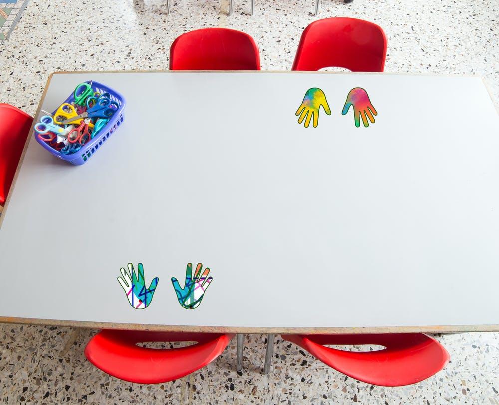 Pegatinas personalizadas para que los niños reconozcan su sitio. Shutterstock / ChiccoDodiFC / Marta Cerezo