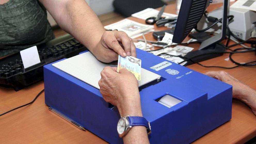 Una mujer tramita la renovación de su DNI en una comisaría. EFE