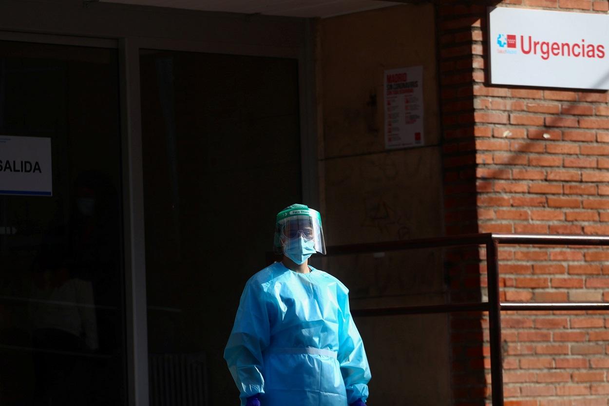 Una trabajadora sanitaria en la puerta de un centro de atención primaria en Madrid. REUTERS/Sergio Perez