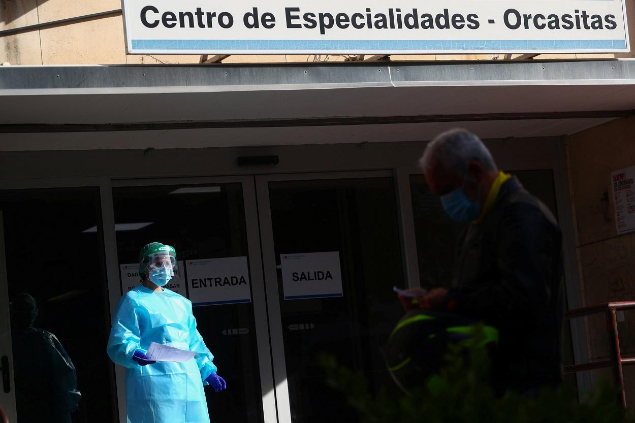 Un sanitario con los informes de unas pruebas de antígeno de la enfermedad por coronavirus, frente a un centro de atención primaria en el barrio madrileño Orcasitas. REUTERS / Sergio Perez
