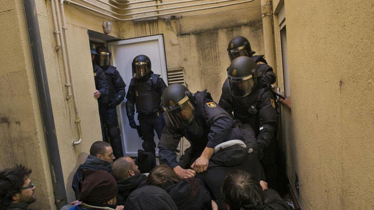 Agentes de Antidisturbios intentan romper una barrera de activistas que pretende frenar un desahucio EFE
