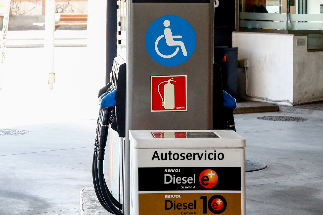 Maquina expendedora de carburante en una gasolinera de Madrid. E.P./Ricardo Rubio