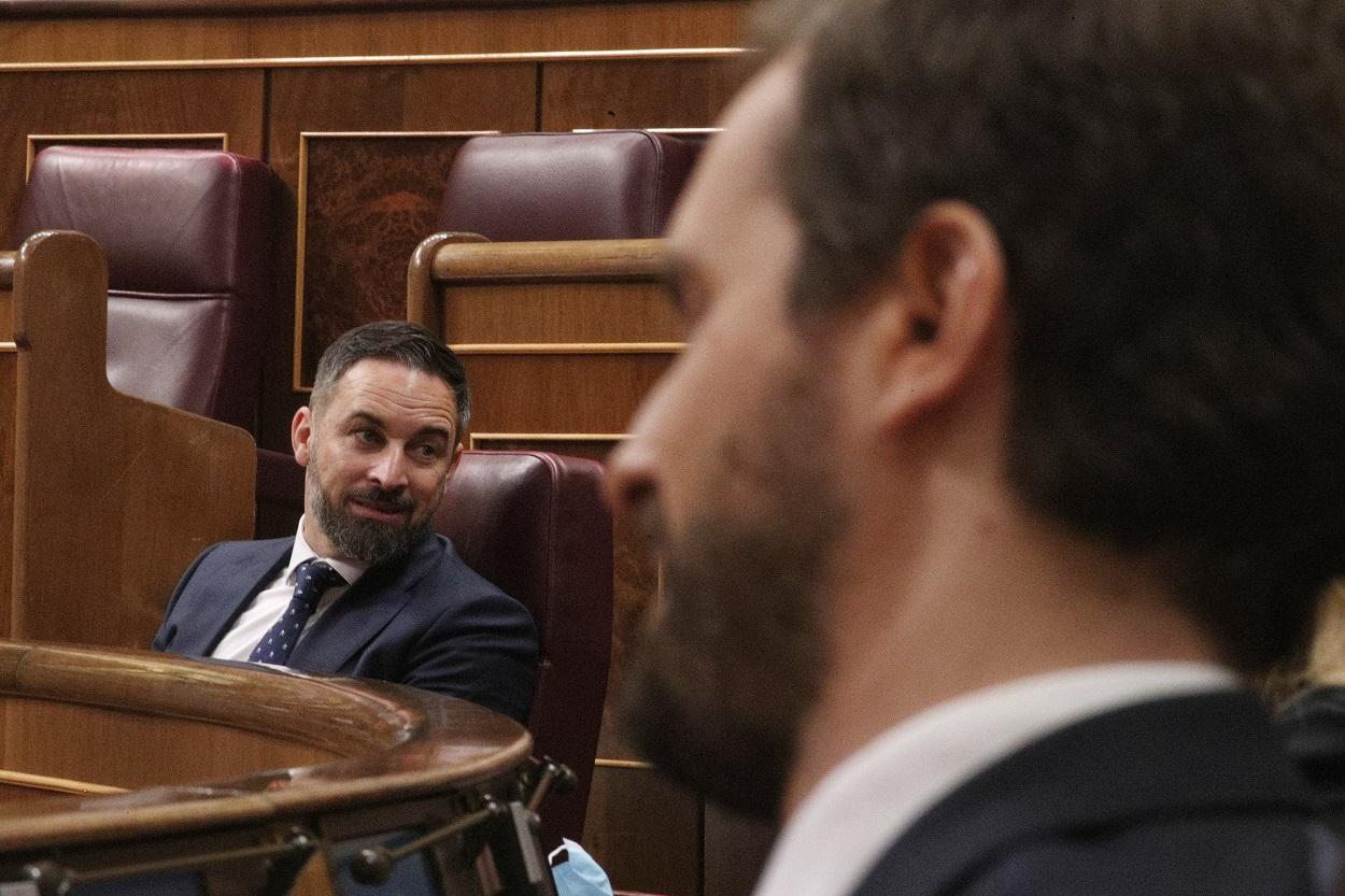 El líder de Vox, Santiago Abascal (i), y el líder del PP, Pablo Casado, durante un pleno de sesión de control al Gobierno. E.P./Eduardo Parra