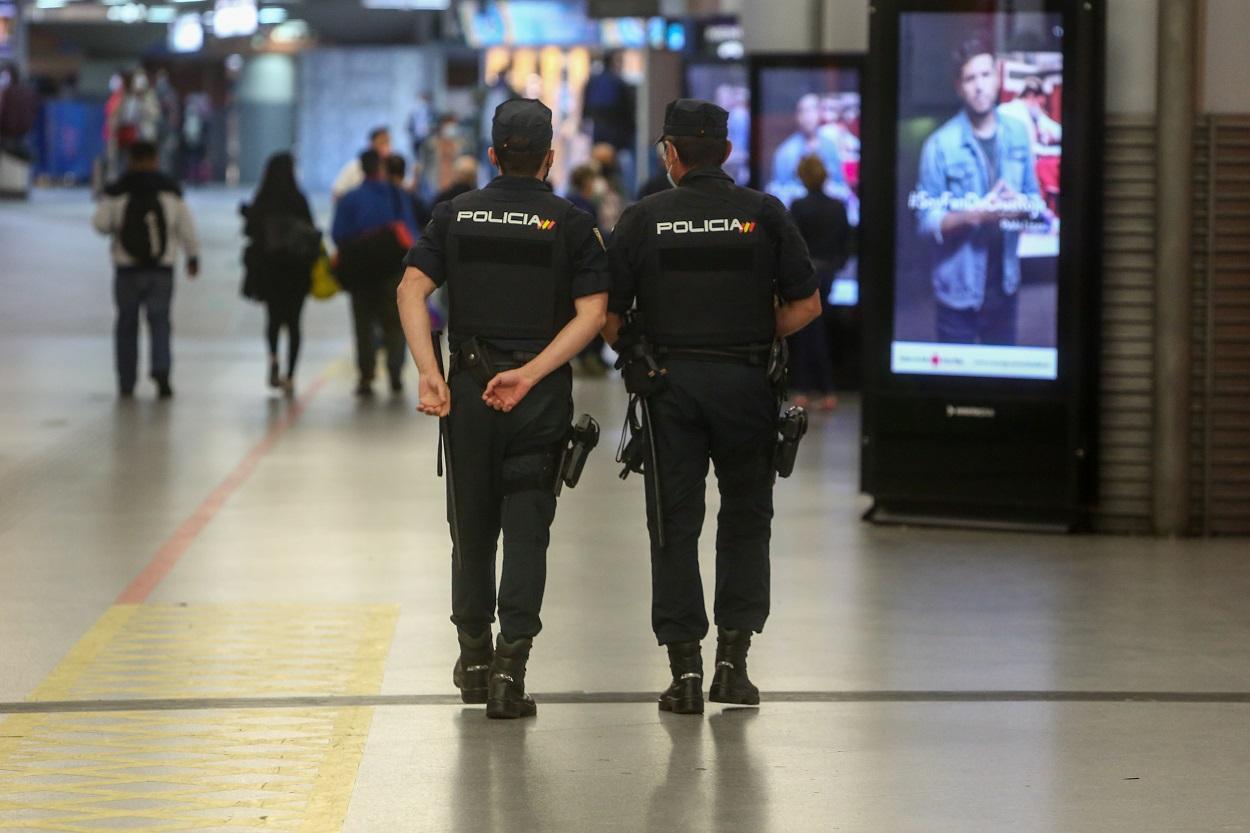 Agentes de la Policía Nacional realizan controles en la estación de tren Madrid-Puerta de Atocha,. E.P./Ricardo Rubio