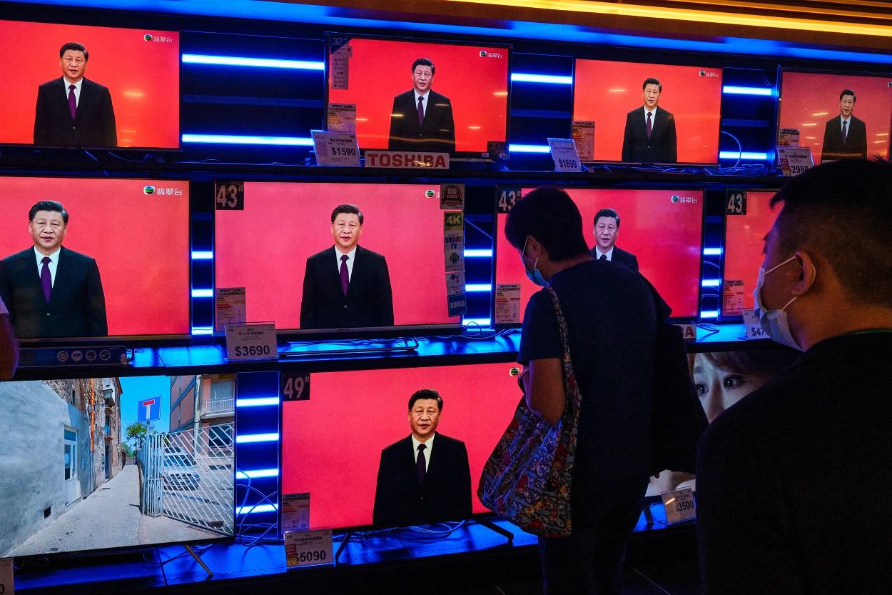 El presidente de China, Xi Jinping, aparece en varios monitores de televisión en un comercio en sHong Kong. SOPA Images via ZUMA Wire/dpa Isaac Wong