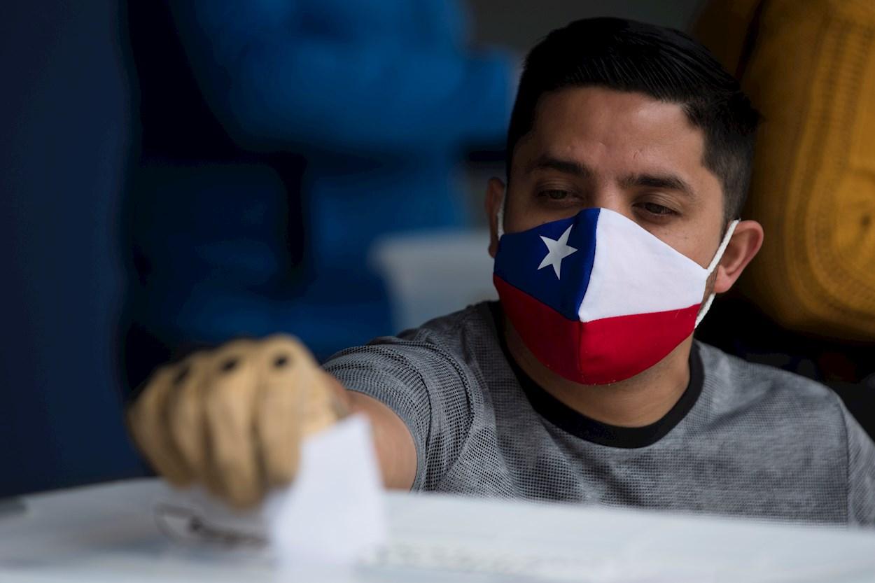 Un hombre ejerce su voto en el Estadio Nacional en Santiago (Chile), en el histórico plebiscito constitucional. EFE/ Alberto Valdés