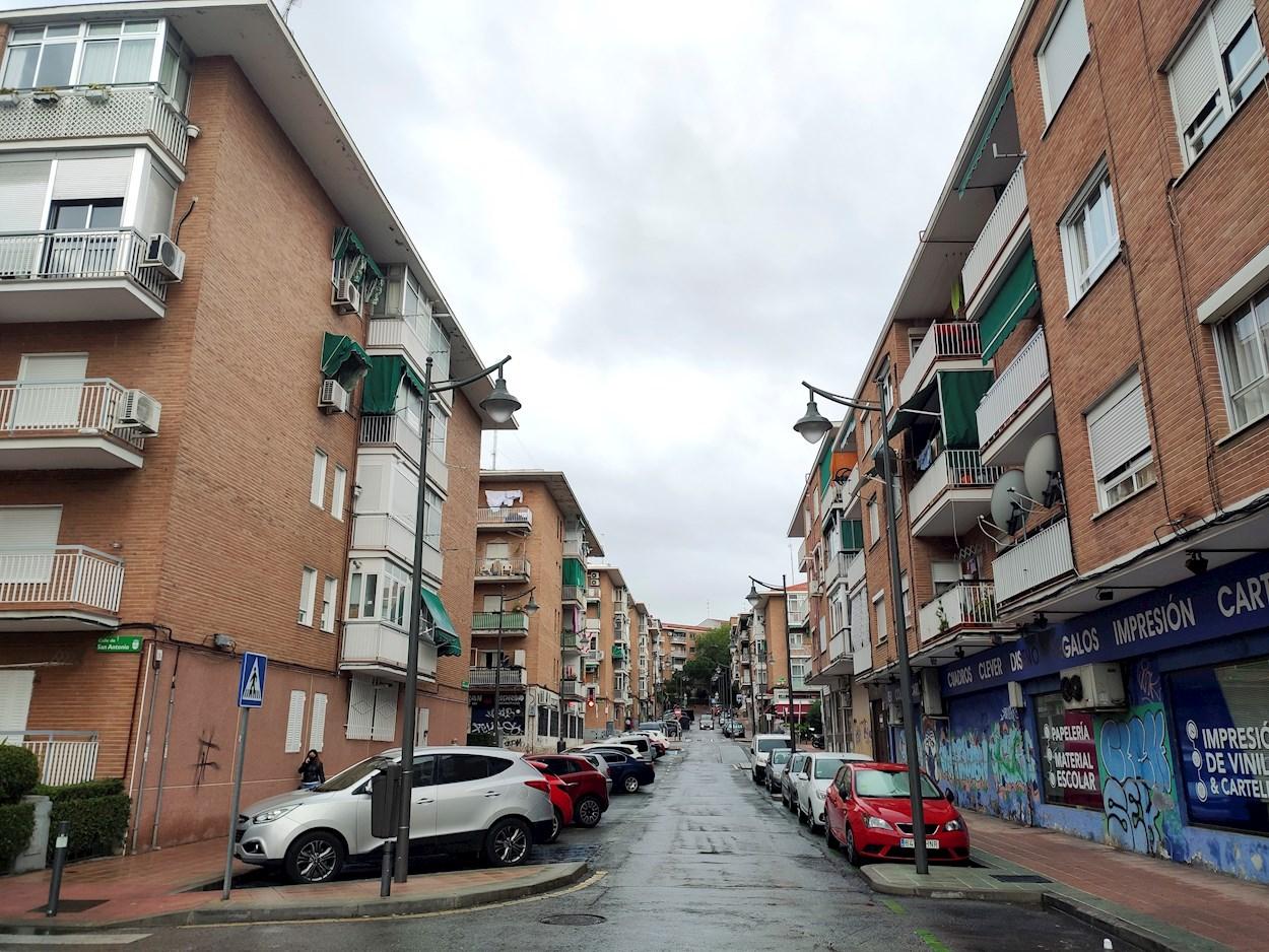 Una calle desértica del barrio madrileño de Alcobendas. EFE/Patricia Cristóbal