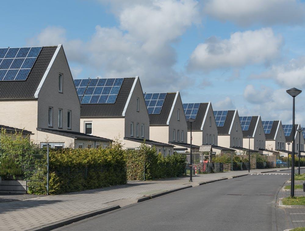 Urbanización de nueva construcción con placas fotovoltaicas en los tejados de las viviendas. Shutterstock / Goldsithney