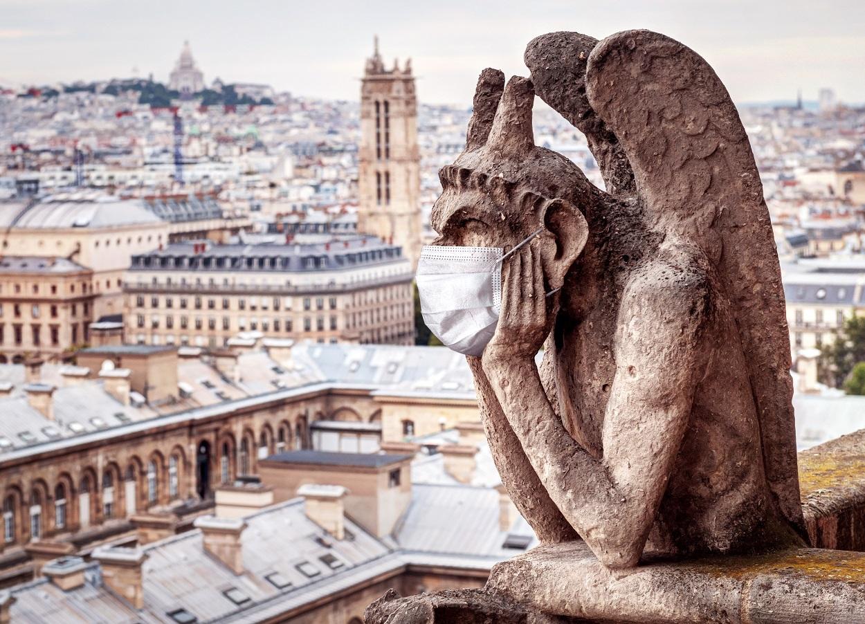 Una de las gárgolas de Notre-Dame (París) con mascarilla. Shutterstock / Viacheslav Lopatin