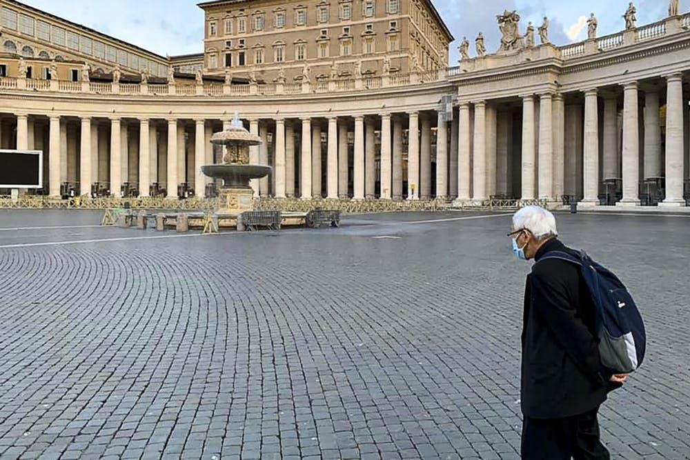El cardenal Zen en la plaza de San Pedro durante la visita en la que no logró ser recibido por el Papa Francisco. Facebook