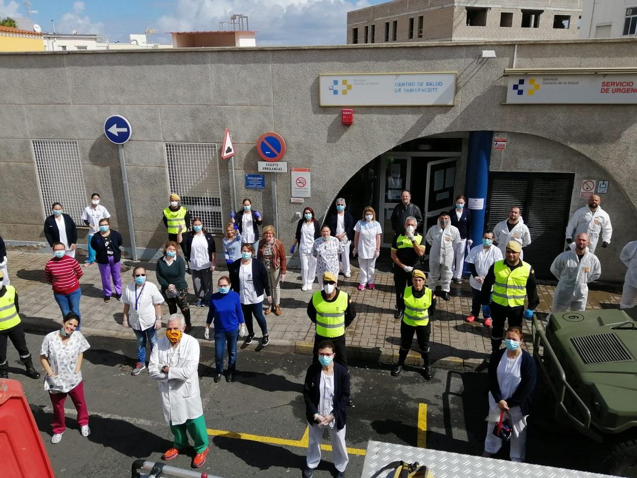 Trabajadores sanitarios y miembros de la Unidad Militar de Emergencias (UME), ante el Centro de Salud de Tamaraceite, Las Palmas de Gran Canaria, en marzo de 2020. UME, Ministerio de Defensa del Gobierno de España
