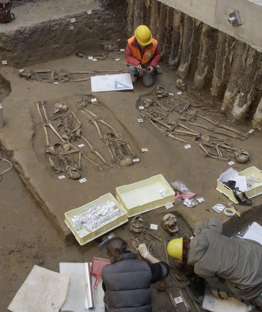 Los arqueólogos obtienen un mayor conocimiento sobre las enfermedades del pasado cuando realizan excavaciones en fosas comunes como esta de Italia. AP Photo/Francesco Bellini
