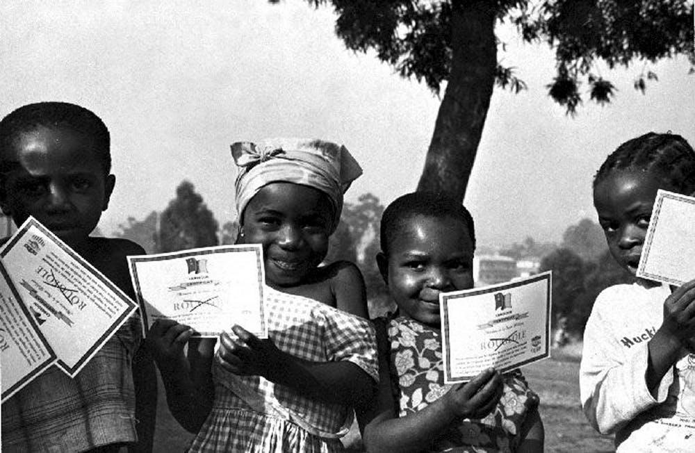 Unos niños cameruneses exhiben sus certificados de vacunación de la viruela en 1975. Smith Collection/Gado via Getty Images