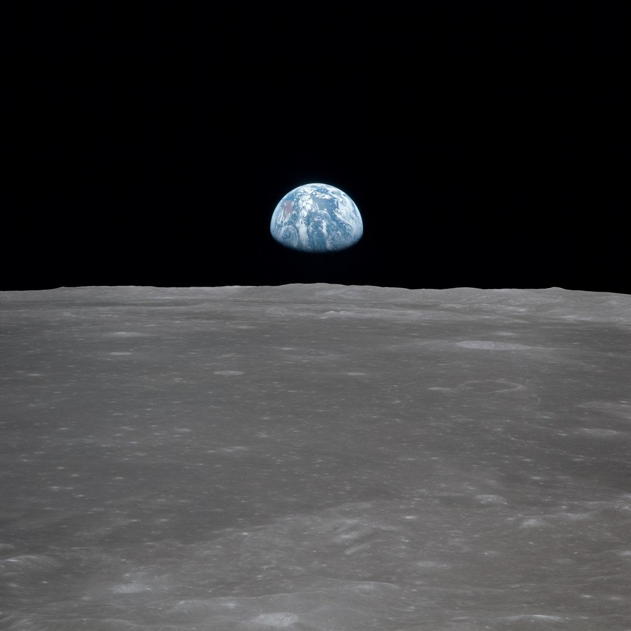 Vista de la superficie lunar con la Tierra al fondo, timada durante la misión Apolo 11 el 20 de julio de 1969. NASA / Wikimedia Commons