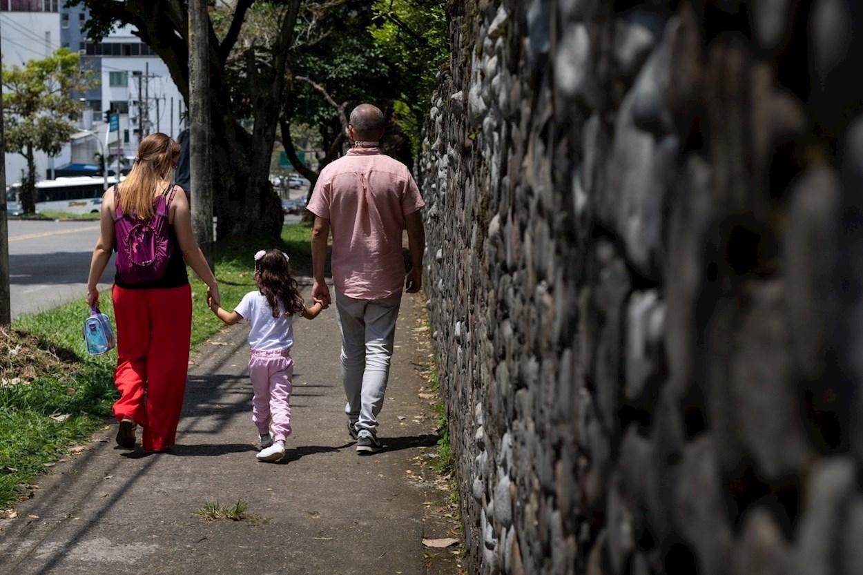 Una pareja con su hija. EFE/Dámaris Pérez